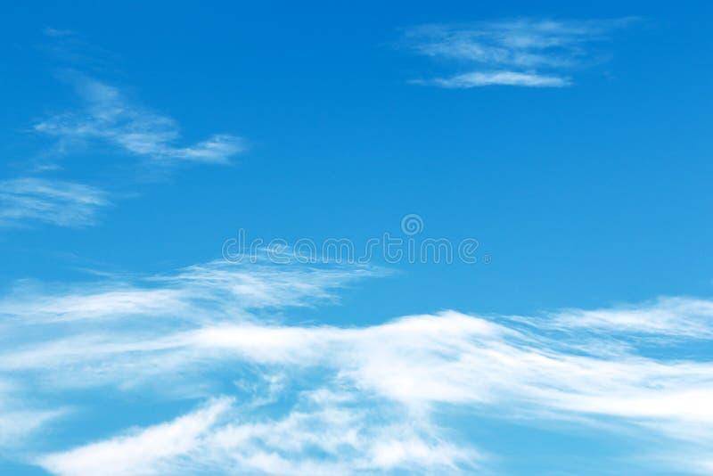 Nubes blancas suaves fantásticas contra el cielo azul imagen de archivo libre de regalías