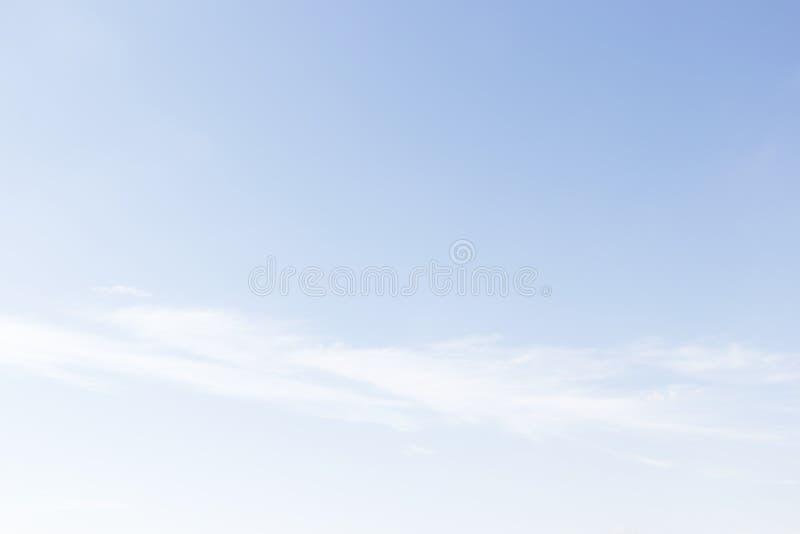 Nubes blancas suaves fantásticas contra fondo del cielo azul fotografía de archivo