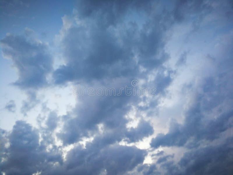 Nubes blancas y grises ásperas hermosas en cielo azul en la oscuridad fotografía de archivo libre de regalías