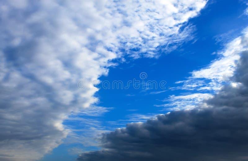 Nubes blancas y oscuras hermosas, lluvia, nubes de cúmulo contra un cielo azul Nubes pintorescas, fantásticas Paisaje llano imagen de archivo libre de regalías