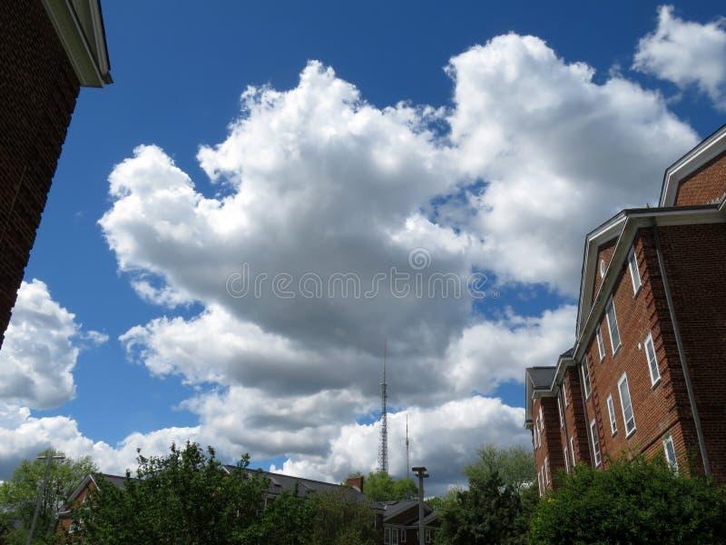 Nubes bonitas sobre una vecindad fotos de archivo