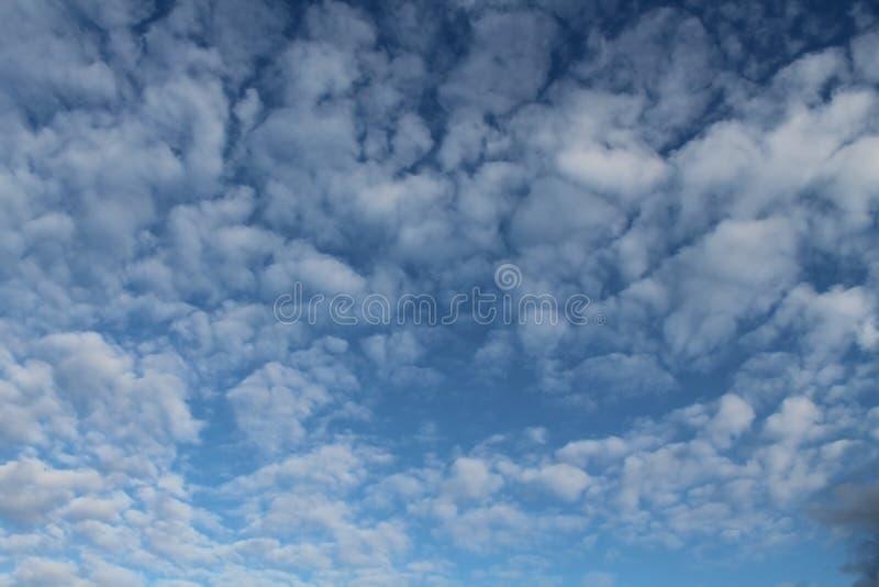 Nubes, cielo azul, Sun brillante foto de archivo