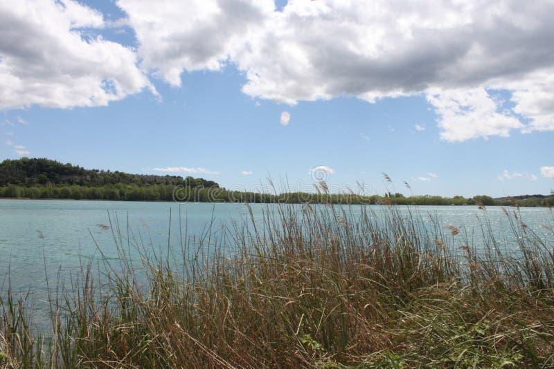 Nubes, cielo y la orilla del lago foto de archivo