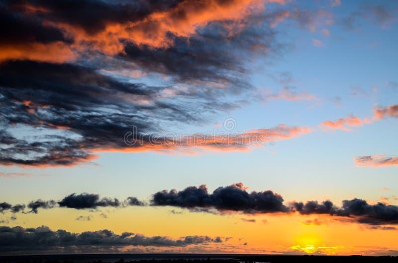 Nubes coloreadas en la puesta del sol fotos de archivo libres de regalías