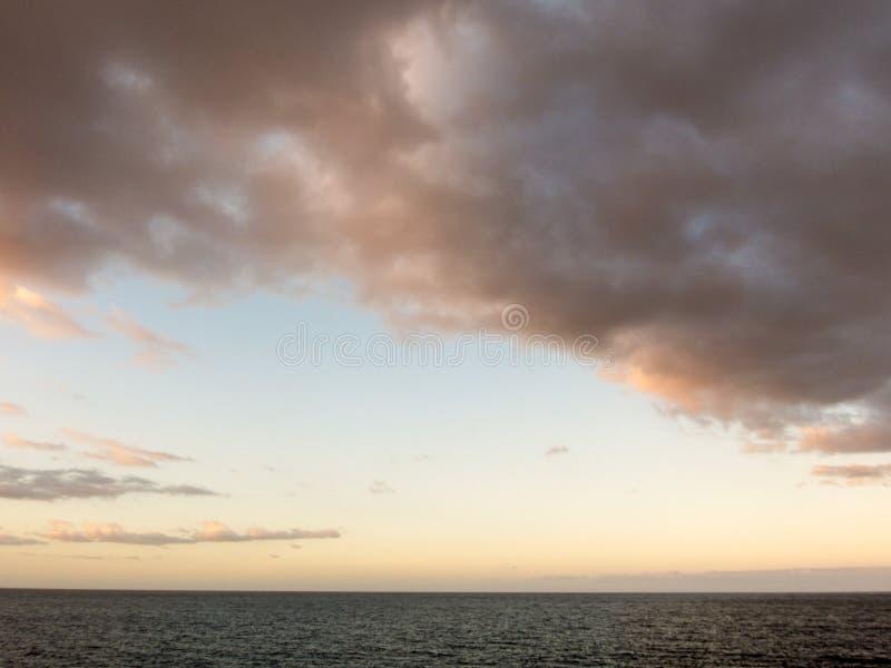 Nubes coloreadas en la puesta del sol imagenes de archivo