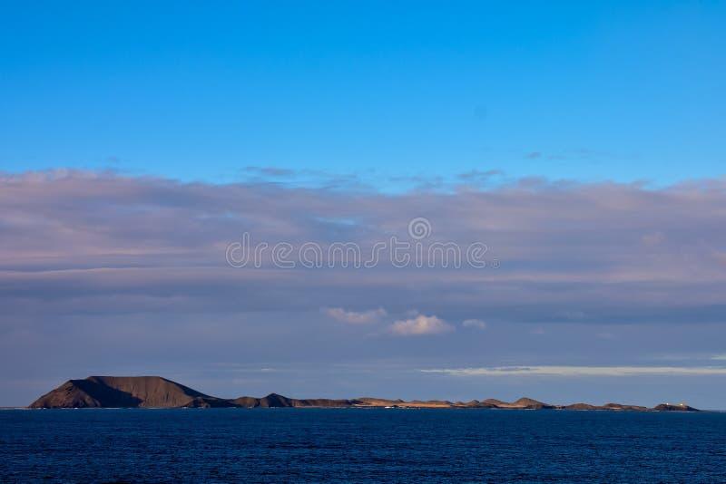 Nubes coloreadas en la puesta del sol fotografía de archivo