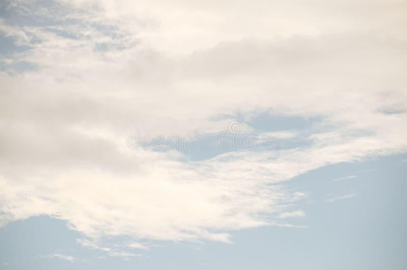 Nubes coloreadas en la puesta del sol fotos de archivo