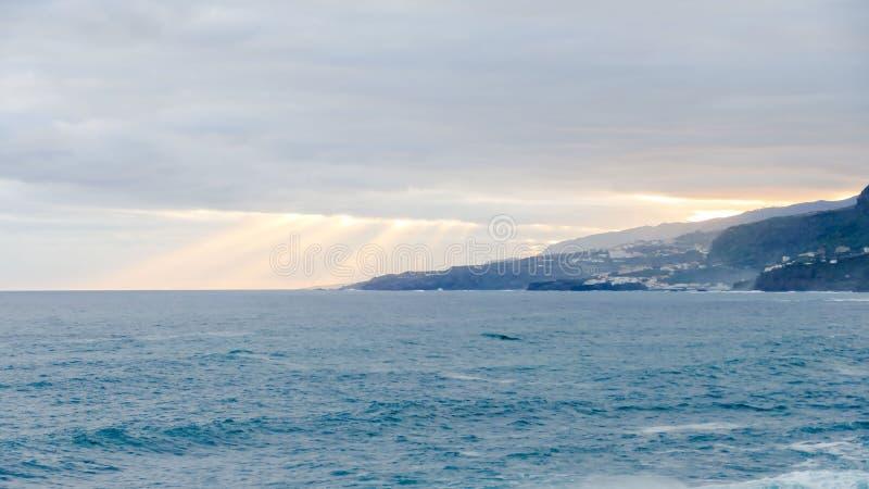 Nubes coloreadas en la puesta del sol imágenes de archivo libres de regalías