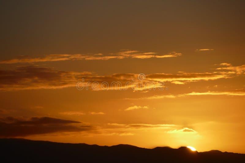 Nubes coloreadas en la puesta del sol foto de archivo libre de regalías