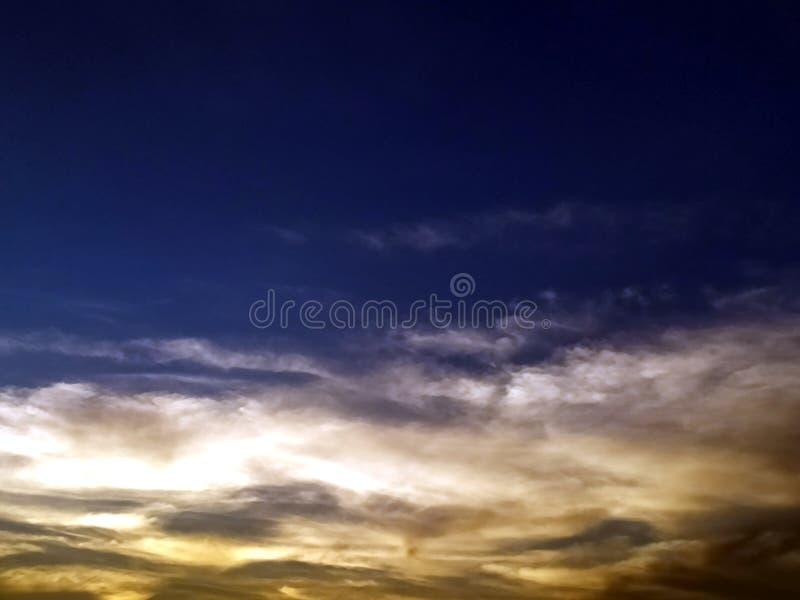Nubes coloreadas multi en el cielo de igualación fotografía de archivo libre de regalías