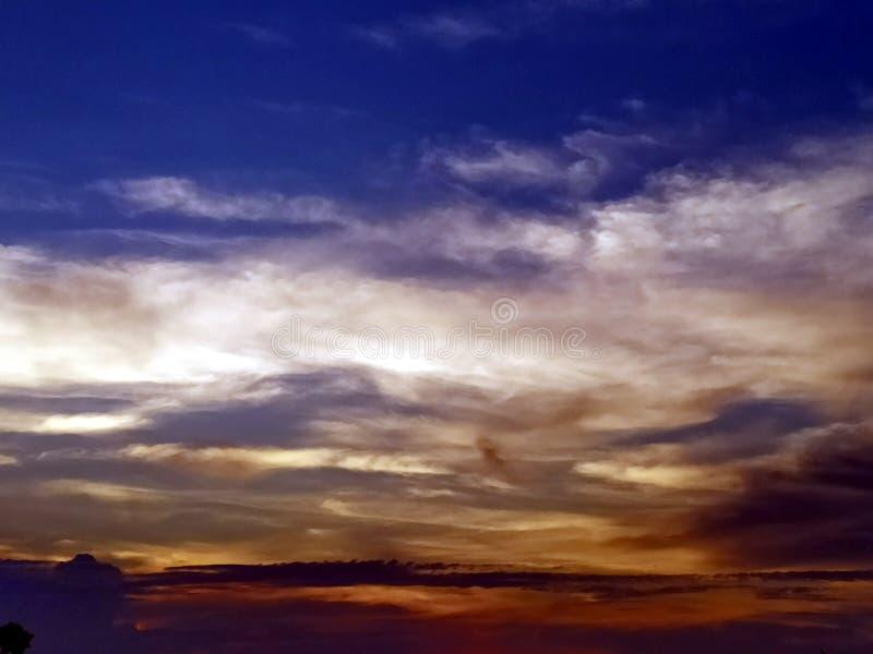 Nubes coloreadas multi en el cielo de igualación fotos de archivo