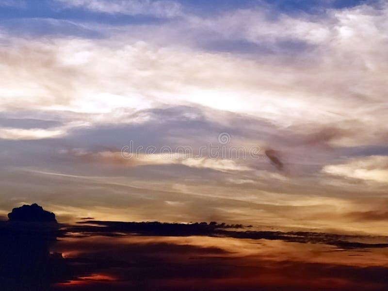 Nubes coloreadas multi en el cielo de igualación foto de archivo