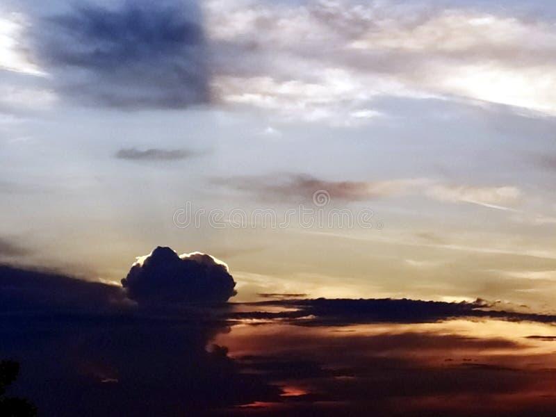 Nubes coloreadas multi en el cielo de igualación imagen de archivo libre de regalías