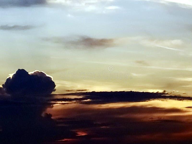 Nubes coloreadas multi en el cielo de igualación foto de archivo libre de regalías