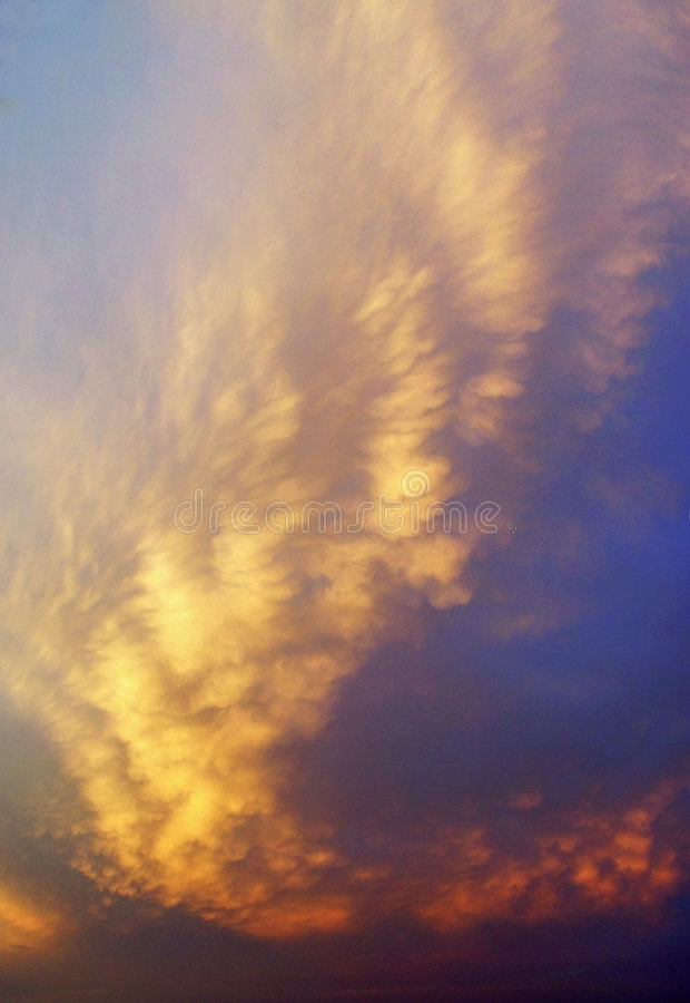 Nubes coloridas de la puesta del sol imagen de archivo libre de regalías