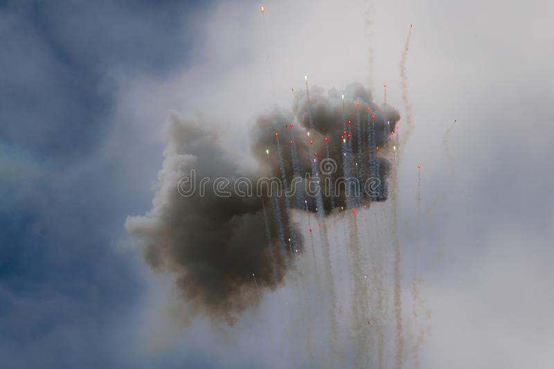 Nubes coloridas y balas de los fuegos artificiales del día que suben en el cielo ilustración del vector