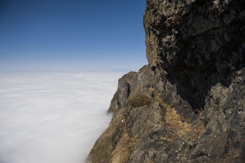 Nubes con la montaña imagenes de archivo