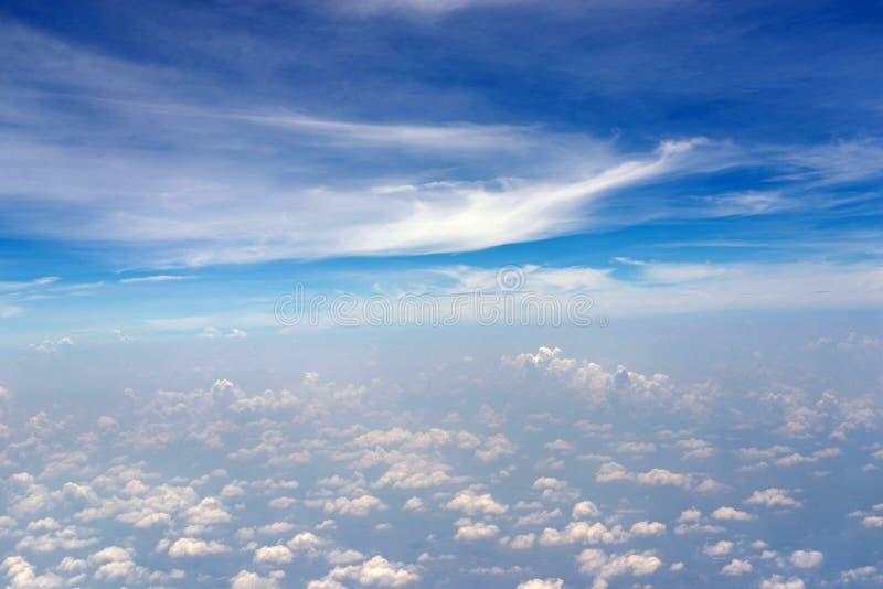 Nubes con la opinión de cielo azul del aeroplano fotografía de archivo libre de regalías
