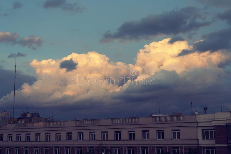 Nubes crepusculares de la ciudad fotografía de archivo libre de regalías