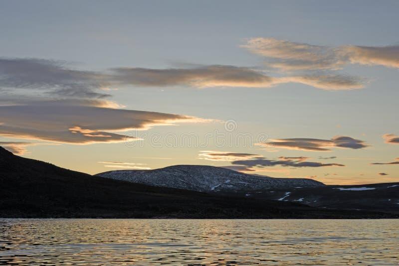 Nubes crepusculares en el alto ártico foto de archivo libre de regalías