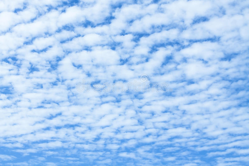 Nubes de Altocumulus y cielo azul imagenes de archivo