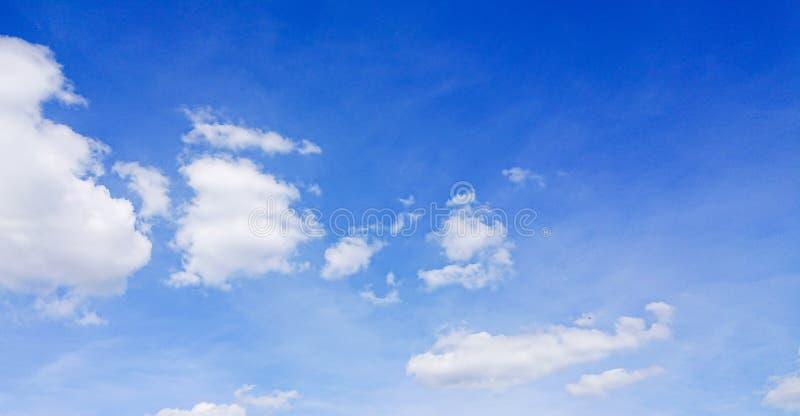 Nubes de cúmulo imagenes de archivo