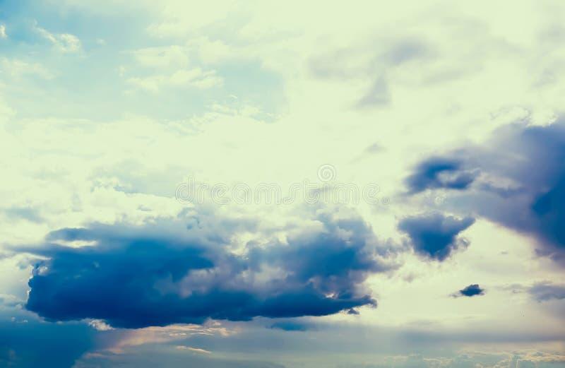 Nubes de cúmulo blancas en el cielo imágenes de archivo libres de regalías