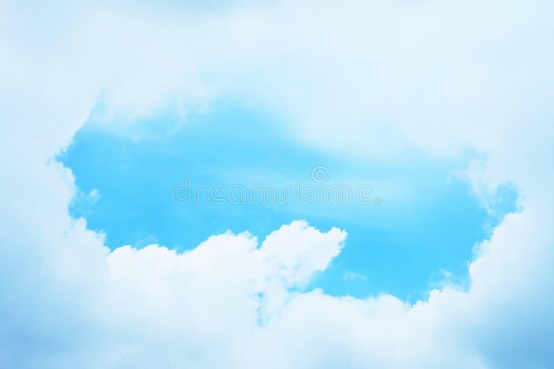 Nubes de cúmulo blancas mullidas hermosas con el cielo azul, fondo de la naturaleza imagenes de archivo