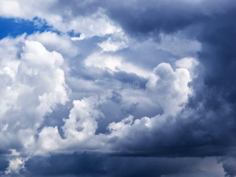 Nubes de cúmulo dramáticas imagen de archivo libre de regalías