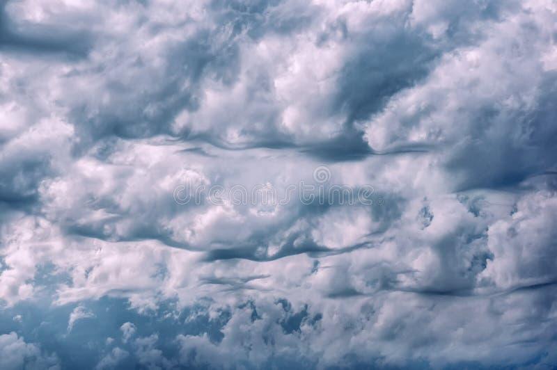 Nubes de cúmulo hermosas de la tormenta Cielo dram?tico Nubes antes del saludo y de la lluvia de la tormenta Fondo imagen de archivo libre de regalías
