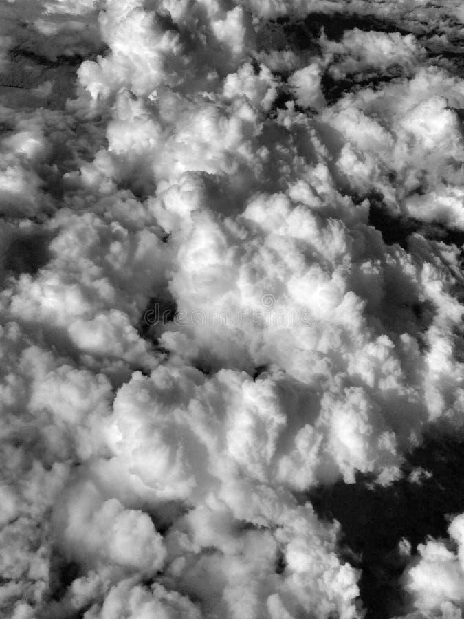 Nubes de cúmulo monocromáticas vistas de un aeroplano imagenes de archivo