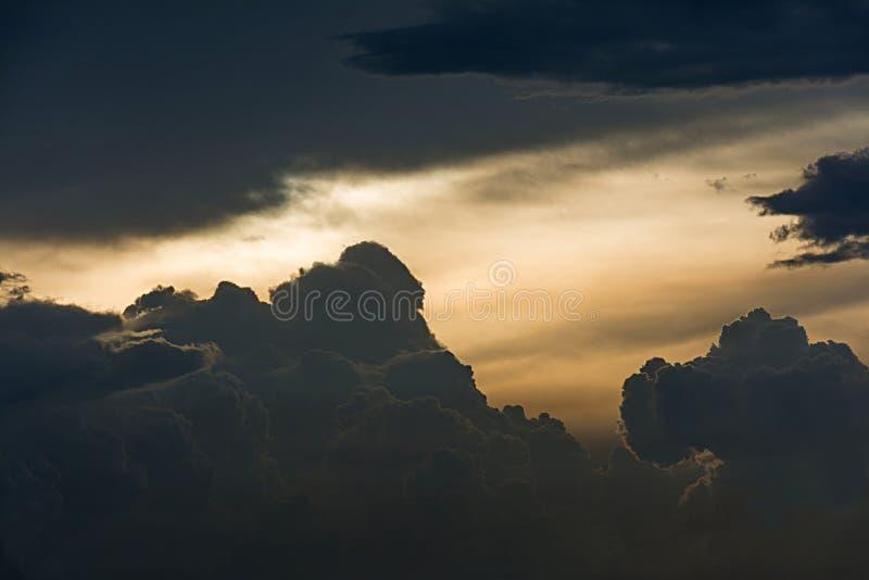 Nubes de Drark en la puesta del sol fotografía de archivo libre de regalías