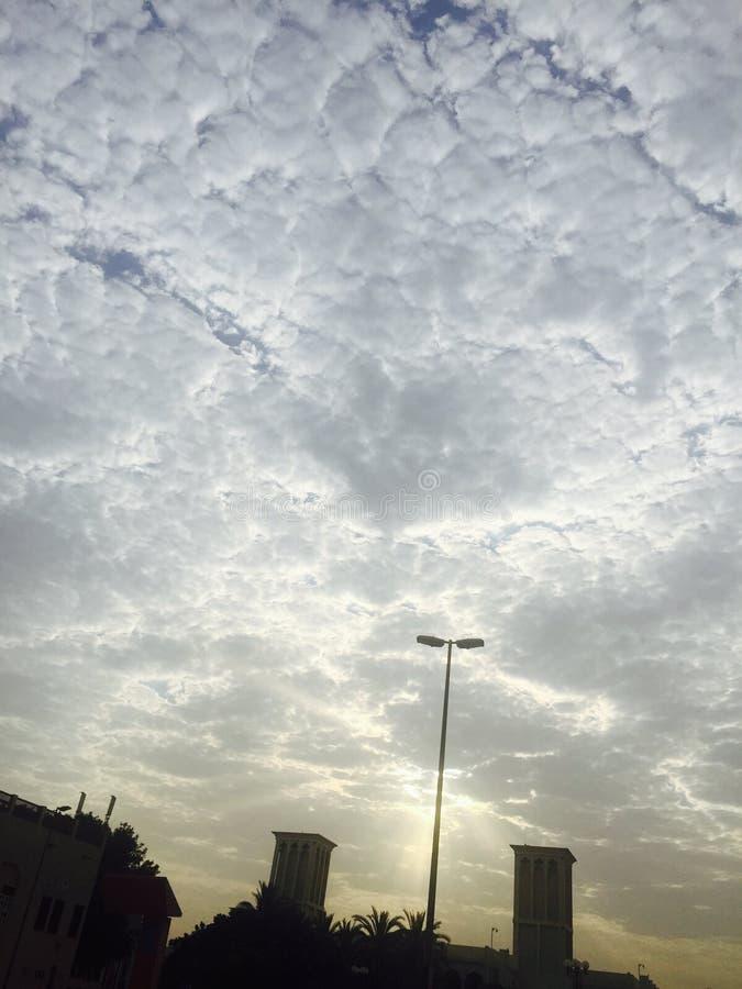 Nubes de Dubai de la salida del sol foto de archivo libre de regalías