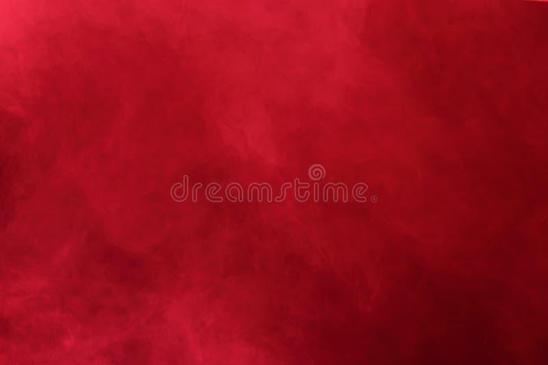 Nubes de humo abstractas rojas, todo el movimiento borroso, intención hacia fuera o fotografía de archivo libre de regalías