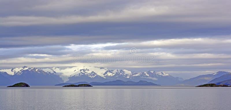 Nubes de la mañana en un canal del océano imágenes de archivo libres de regalías
