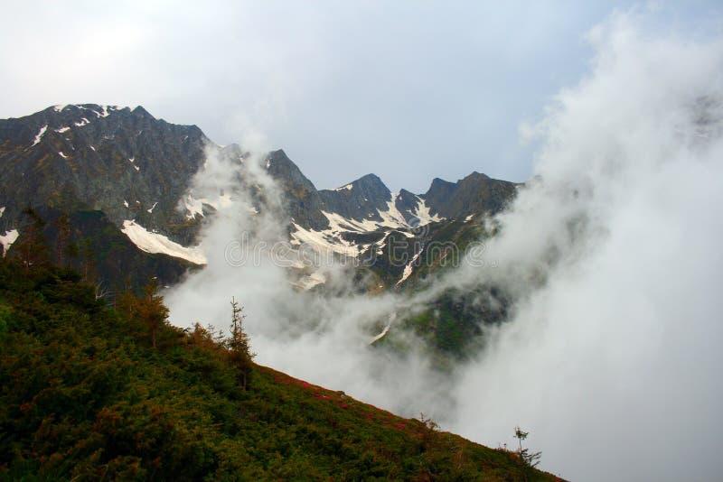 Nubes de la monta?a imagen de archivo libre de regalías