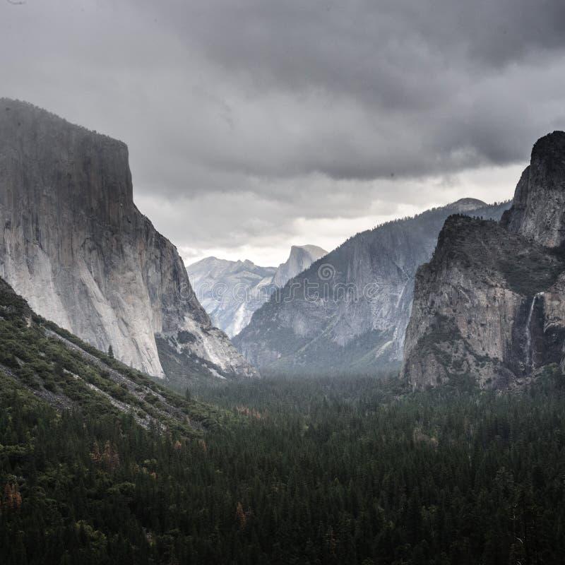 Nubes de la nieve de la opinión del túnel sobre el valle de Yosemite foto de archivo