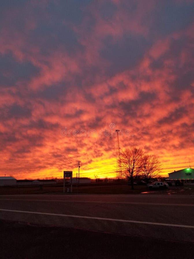 Nubes de la ondulaci?n de la puesta del sol de la lava imagenes de archivo