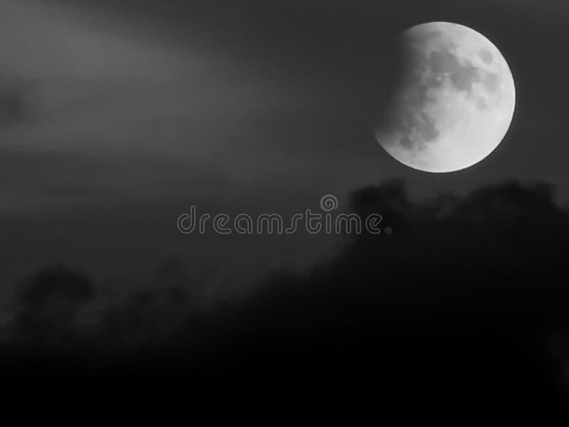 Nubes de la pizca del eclipse lunar sobre hora azul foto de archivo libre de regalías