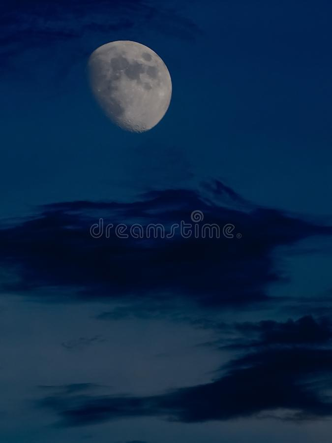 Nubes de la pizca del eclipse lunar sobre hora azul imagen de archivo