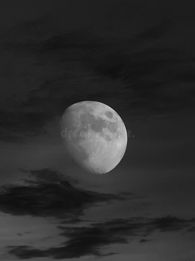 Nubes de la pizca del eclipse lunar sobre hora azul imagen de archivo libre de regalías