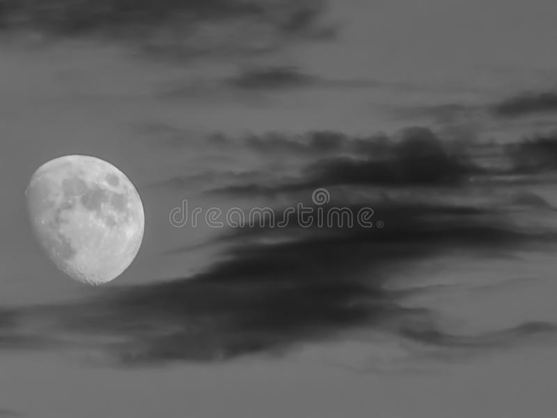 Nubes de la pizca del eclipse lunar sobre hora azul fotos de archivo libres de regalías