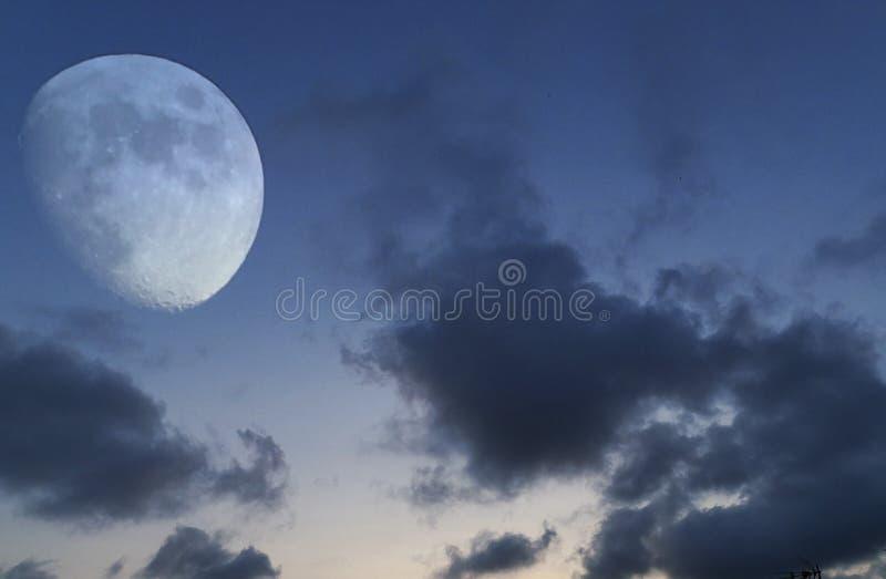 Nubes de la pizca del eclipse lunar sobre hora azul fotografía de archivo libre de regalías