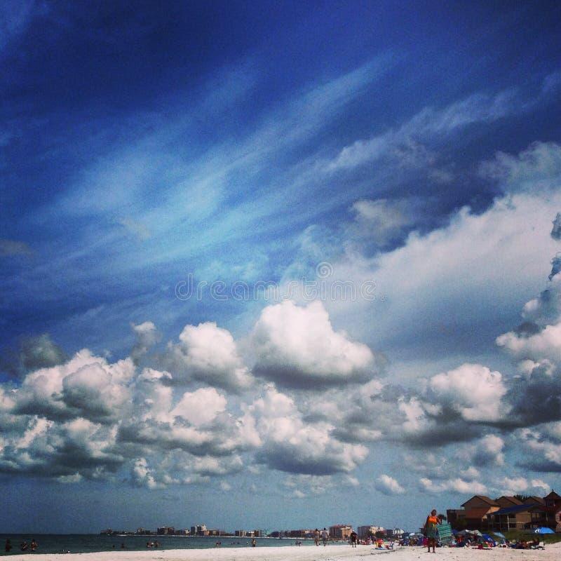 Nubes de la playa foto de archivo libre de regalías