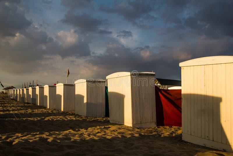 Nubes de la playa retra de Northsea por la tarde imagen de archivo libre de regalías