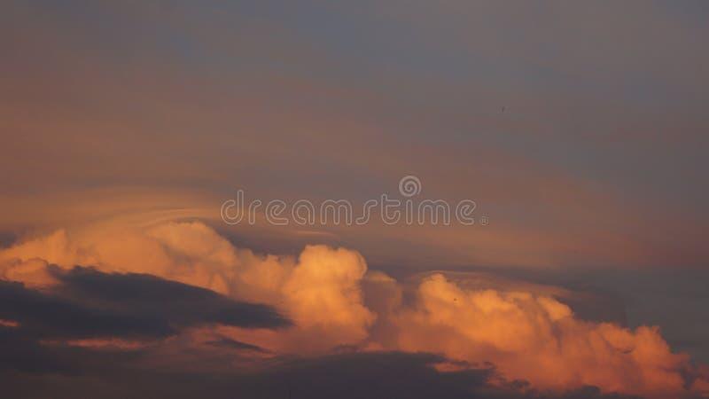 Nubes de la puesta del sol del día de fiesta fotografía de archivo libre de regalías