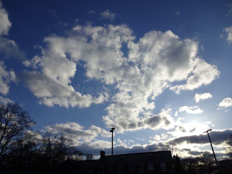Nubes de la puesta del sol en la vecindad en Washington DC fotografía de archivo