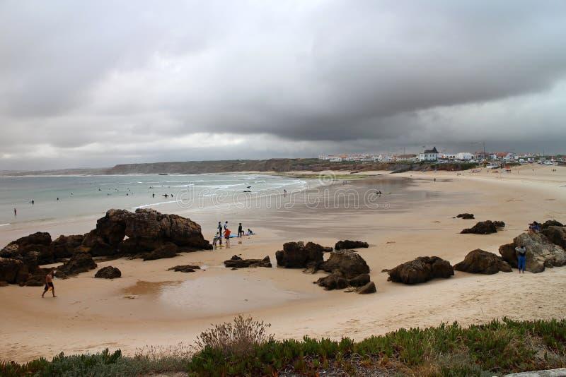 Nubes de la tempestad de truenos sobre la playa arenosa de Baleal imagen de archivo libre de regalías