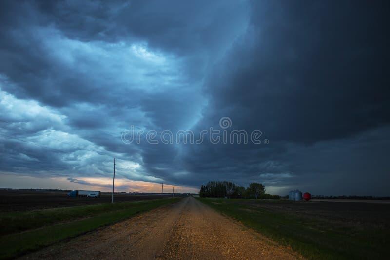 Nubes de la tempestad de truenos sobre las praderas fotografía de archivo libre de regalías
