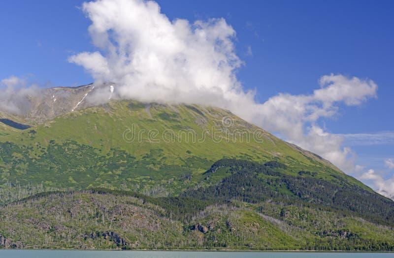 Nubes de las montañas en Sunny Morning imagenes de archivo